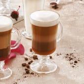Latte z mleczną czekoladą, karmelem z solą morską i bitą śmietaną200ml