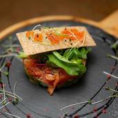 Тартар із лосося з авокадо та крем-сиром (190г)