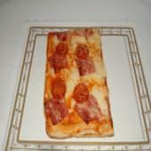 Pizza de tomate, mozzarella, jamón york y pepperoni