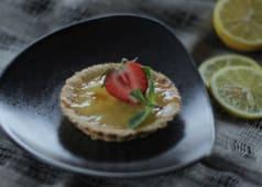 Tartaletă cu lămâie suc de lămâie si căpșuni proaspete