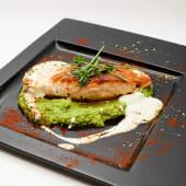 Стейк із лосося з пюре зеленого горошку та вершкового соусу
