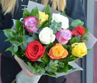 Buchet cu 9 trandafiri multicolori