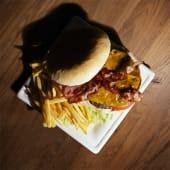 Bacon cheese burger con patatine