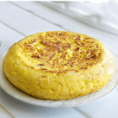 Tortilla de patatas con gulas (mediana)