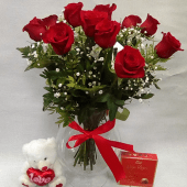 12 rosas con jarrón de cristal, peluche y bombones
