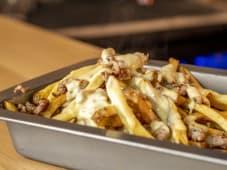 Cool french fries con fonduta e salsiccia