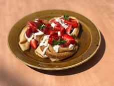 Млинці з ягодами та ванільним соусом (200/40г)