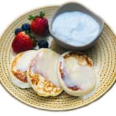 Pancakes de queso fresco con yogur griego y bayas