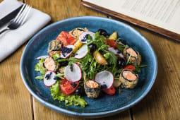 Салат с жареным лососем, молодым картофелем и оливками под дрессингом
