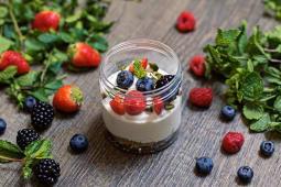 Crema di Yogurt con Frutti di Bosco e granella di Pistacchio