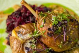 Pulpa de rata confiata cu sos de piper verde, varza rosie, cartof copt