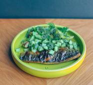 Скумбрія запечена з кабачками та соусом із зелені (300г)