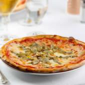 Pizza margherita con carciofi freschi