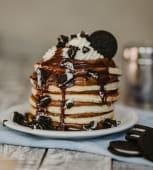 Torre de pancakes de oreo goloso
