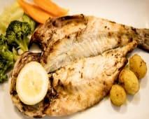 Robalo do Mar Grelhado com Batata Gratinada e Legumes Salteados