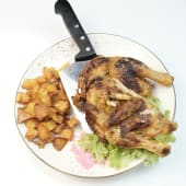 Galletto cu cartofi prăjiți în coajă, usturoi și pătrunjel