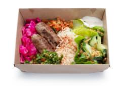 Кебаб з яловичини, рис, сезонні овочі, салат та соуси (500г)