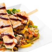Brocheta de pollo marinado con salsa satay