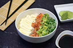 Sushi salad salmón, palta, Philadelphia y pepino