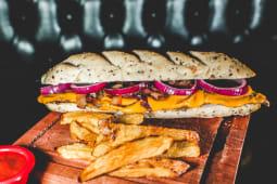 Sándwich americano con papas fritas
