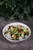 Салат з креветками, авокадо і козячим сиром (220г)