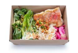Окунь на грилі, рис, сезонні овочі, салат та соуси (500г)