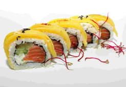 Uramaki z łososiem, owinięte mango