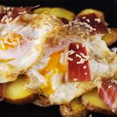 Huevos rotos camperos con jamón y foie