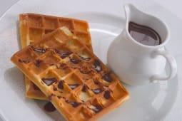 """Вафли """"Брюссельские"""" с шоколадным соусом"""