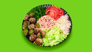 Falafel cu salată de vinete și rodii la farfurie
