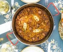 Paella de butifarra, rossinyols y cebolleta caramelizada (para 1)