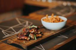 BBQ pileća krilca i pomfrit od batata