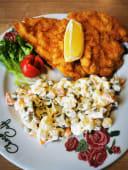 Pohana pileća prsa s francuskom salatom
