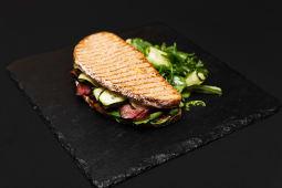 Сендвіч з ростбіфом, огірком та раменом