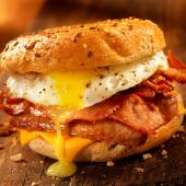 Super Bocata De Beicon Con Queso Y Huevos Fritos