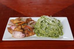 Tallarines verdes con pollo saltado