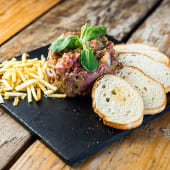 Steak tartar clásico con patatas paja