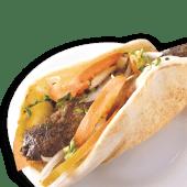 Sándwich arus de kafta de cordero con hummus