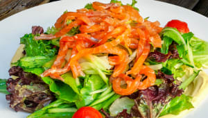 Салат з фореллю та гірчичним соусом (200г)