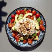 Insalata di pollo al sesamo con iceberg avocado pachino e finocchi
