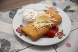 Pohana palačinka – kulen, mozzarella, tartar, limu