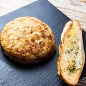 Tortilla de patata individual con cebolla caramelizada y alioli