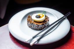 Tarta de setas shitake con tufu ahumado y huevo