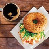 Combo Cafea Grande + Bagel cu omeltă si bacon