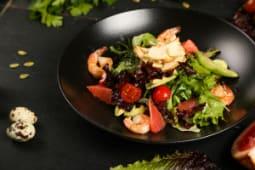 Протеиновый салат с креветками, авокадо и грейпфрутами