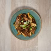 Pato salteado al wok con setas y bambú