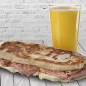 Jugo exprimido de naranja (16 oz.) + tostado de jamón y queso