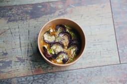 Crema di zucca, olio al prezzemolo, carote viola e mandorle
