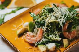 Салат с рукколой и с креветками