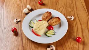 Котлети з картопляним пюре і свіжими овочами (300г)